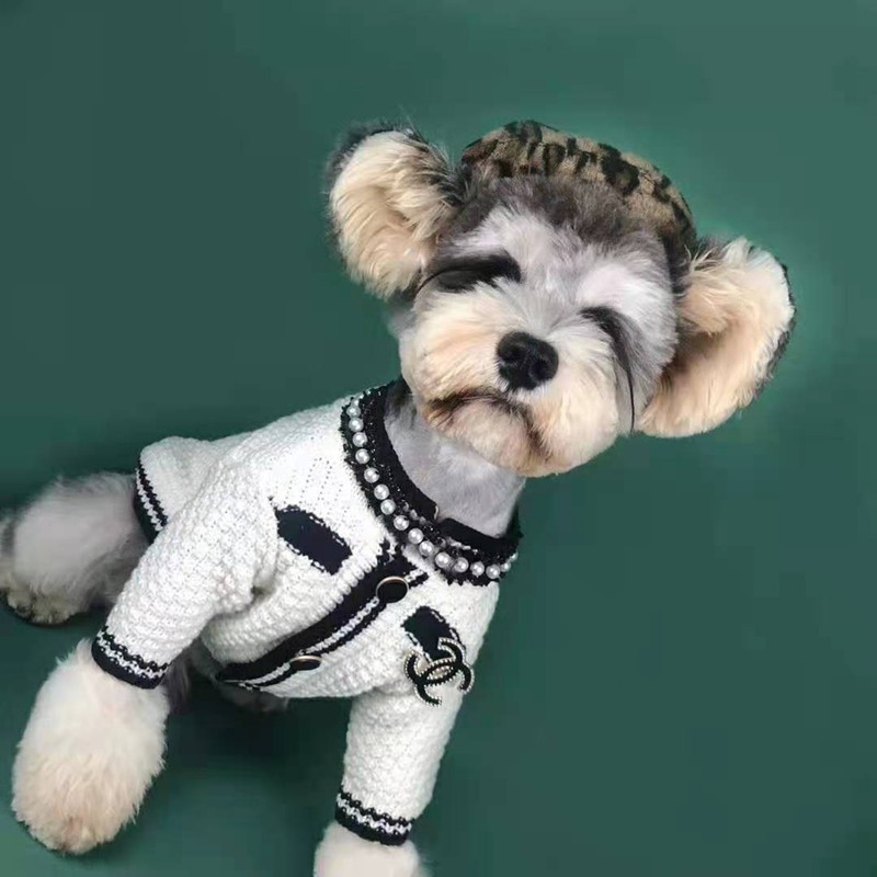 シャネルChanelブランド 猫犬セーター ニットコート ペット服 バッジ柄 偽真珠 ジャケット傷なめ防止 抜け毛対策 中小型犬